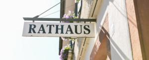 Bild vom Rathaus Schenkenzell mit Schild Rathaus über Eingangstür