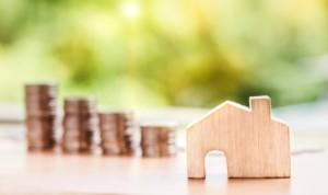Bild von Haus und Geldmünzen zur Grundsteuer