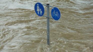 Bild von Straßenschild bei Hochwasser