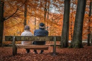 Bild von Ehepaar auf Bank