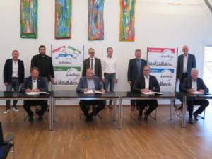 Bild von Bürgermeister bei Unterzeichnung Heimatkärtle