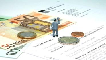 Bild von einem Schriftstück und Geldstücken zur Rente