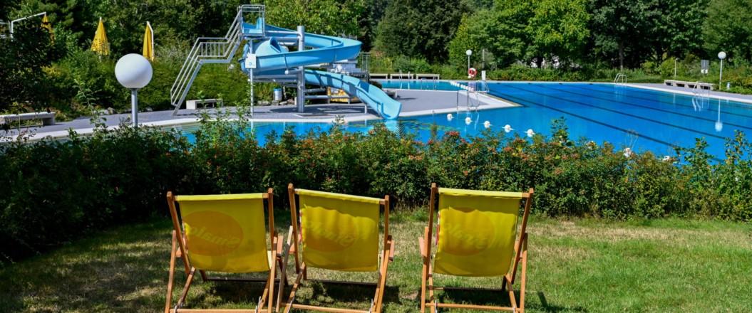 Bild von Schwimmbad mit Blick auf Rutsche